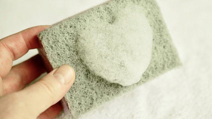 Pulire il piano cottura con prodotti semplici